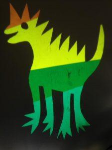 geprojecteerd beeld van een dino, gekleurd met lampenfolies